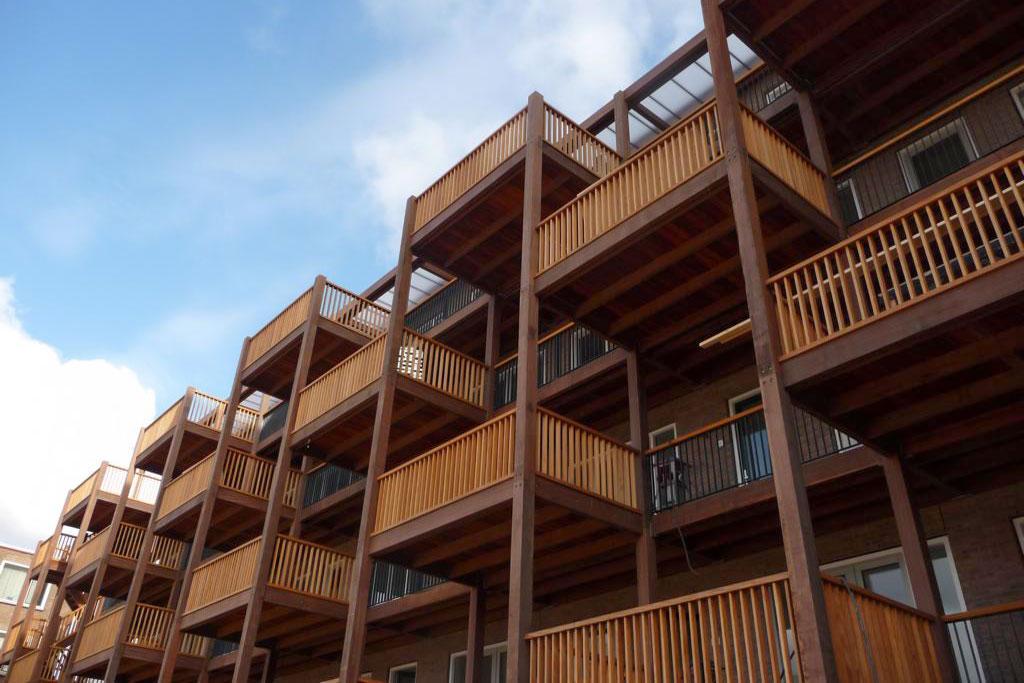 Prefabricerade loftgångar och balkonger i hårdträ - Kärnsund Wood Link